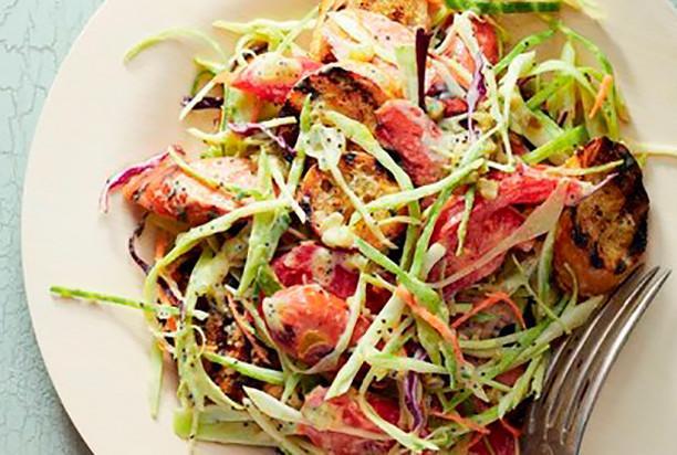 Летний салат овощами и колбасками-гриль