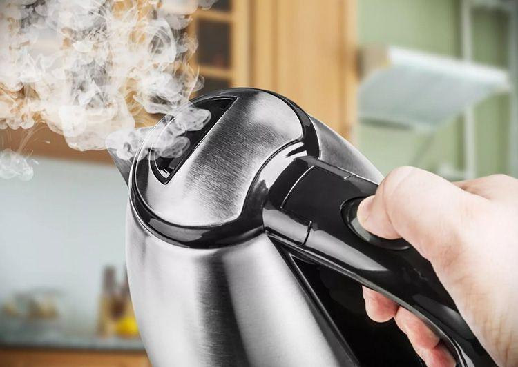 Новый чайник пахнет пластмассой?
