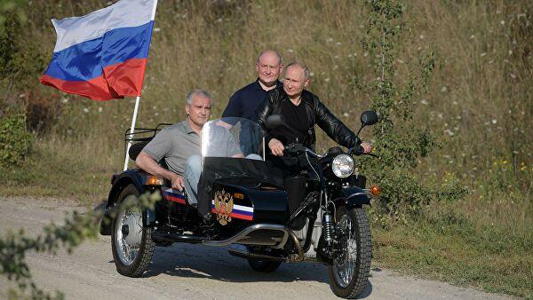 Путин приехал на байк-шоу 'Ночных волков' на 'Урале' с коляской – видео