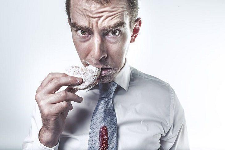 Ученые рассказали, чем опасна жирная еда