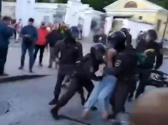Участница митинга, которую ударил в живот полицейский, не явилась в суд