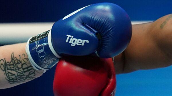 Самая нелепая травма года: боксер-чемпион выпал из ринга до начала боя