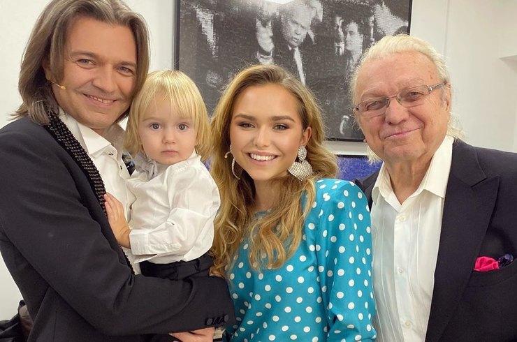 Стефания Маликова показала нежное фото с отцом, дедом и годовалым братом