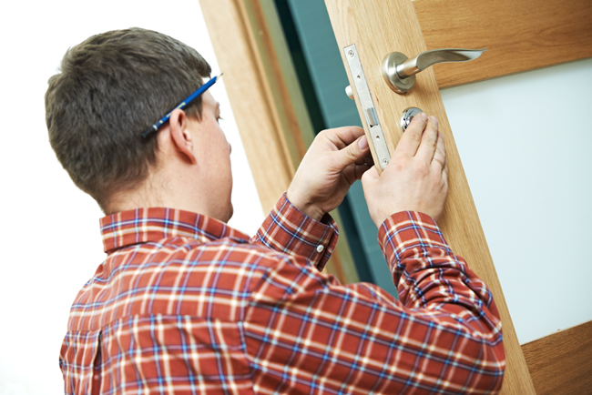 Доводчик на дверь: устанавливаем самостоятельно