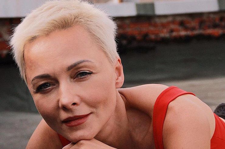 Дарья Повереннова в розовом «леопарде» похвасталась стройными ногами