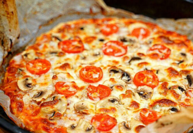 Делаем пиццу без возни и теста: размачиваем батон