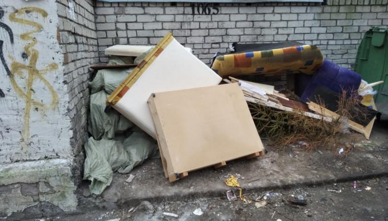 Петрозаводчане массово избавляются от старой мебели и новогодних елок