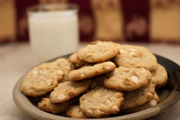 Печенье с белым шоколадом и орехами макадамия
