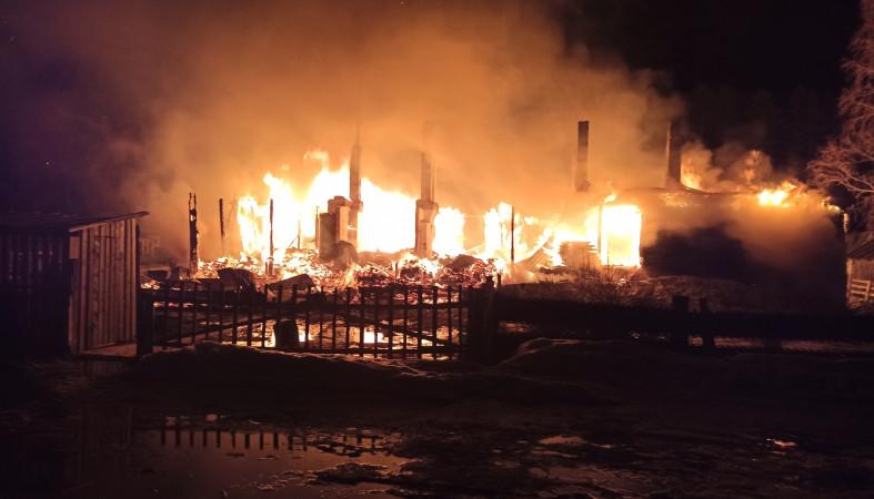Сегодня ночью огонь уничтожил жилой дом в Олонецком районе