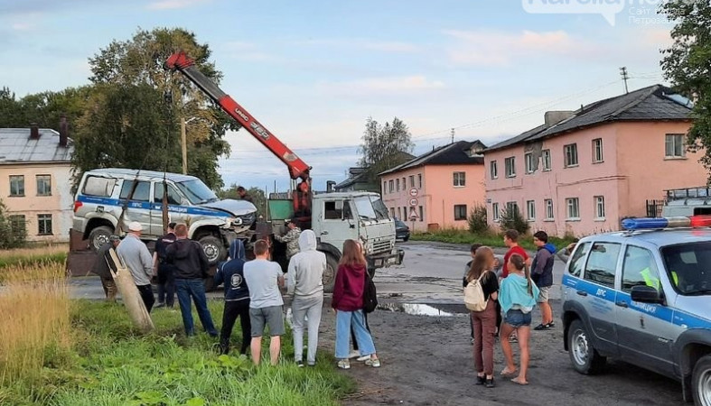 Полицейский автомобиль снес столб и дорожный знак в Беломорске