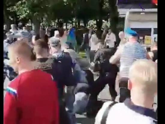 В Парке Горького десантники передрались с росгвардейцами
