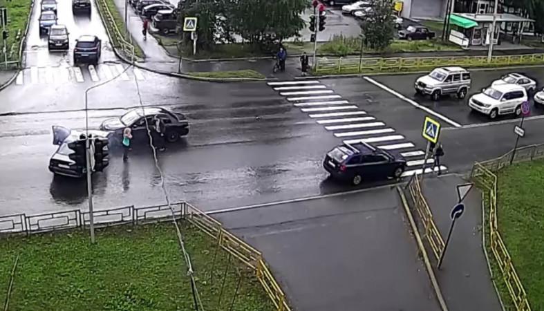 Два автомобиля столкнулись лоб в лоб в Петрозаводске