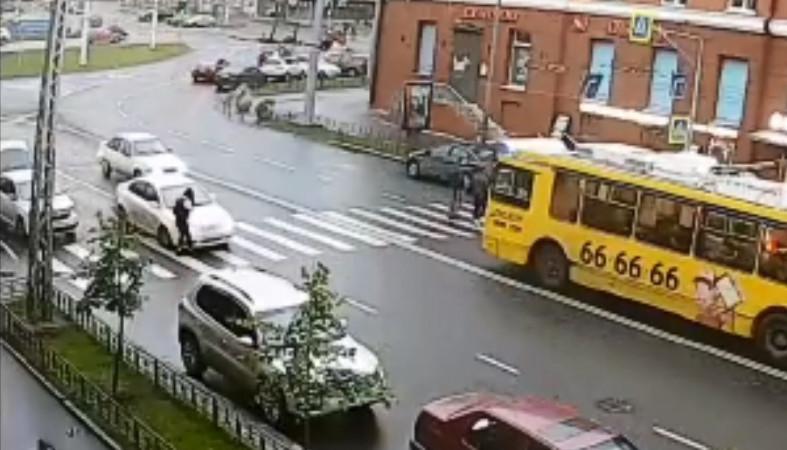 Внимание, розыск: водитель сбил пешехода и скрылся с места ДТП (видео)