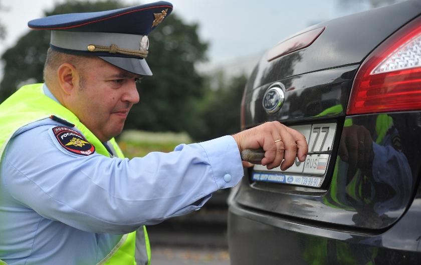 Может ли инспектор ГИБДД снять номер с автомобиля?