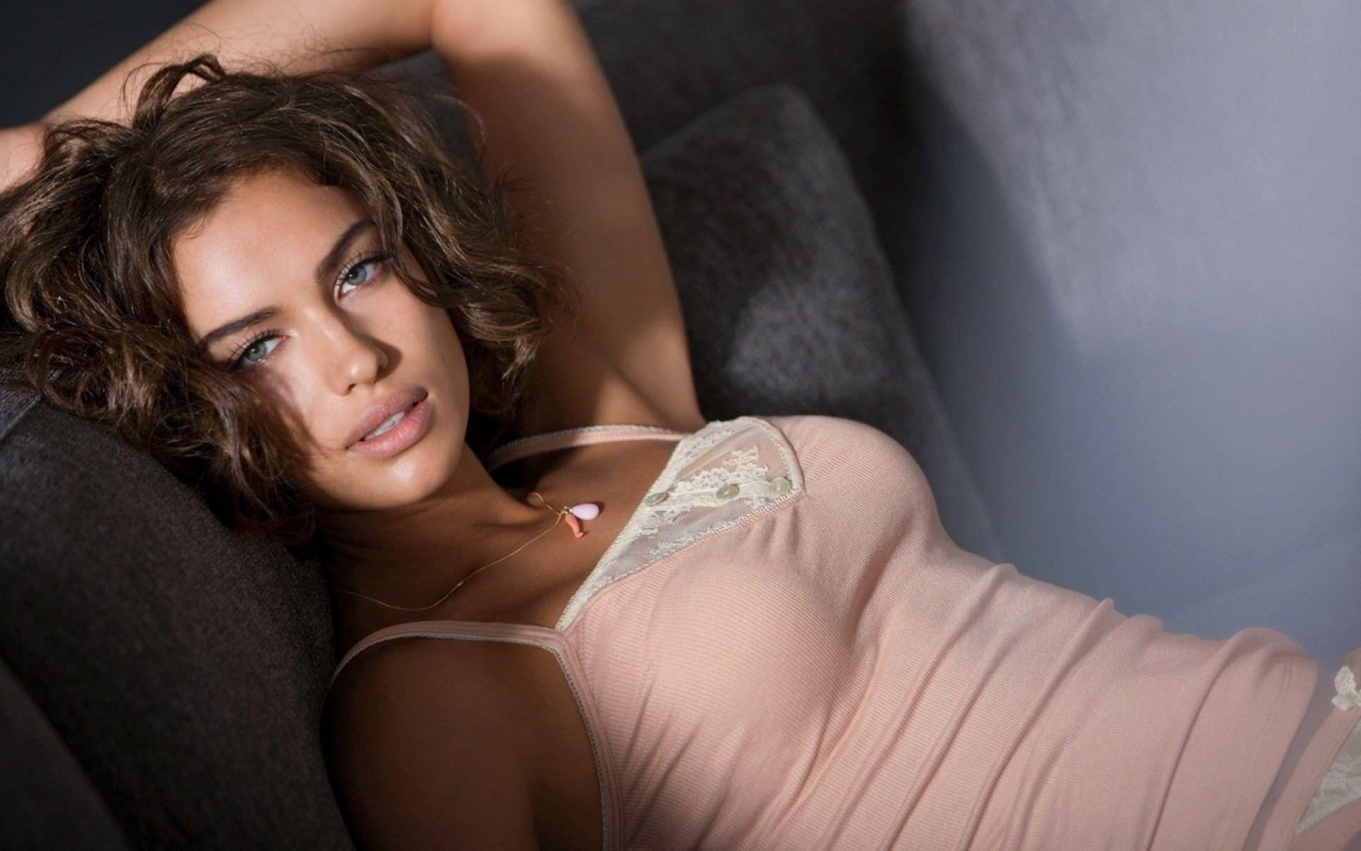 Ирина Шейк выложила в Сеть свои обнаженные фото (без цензуры)