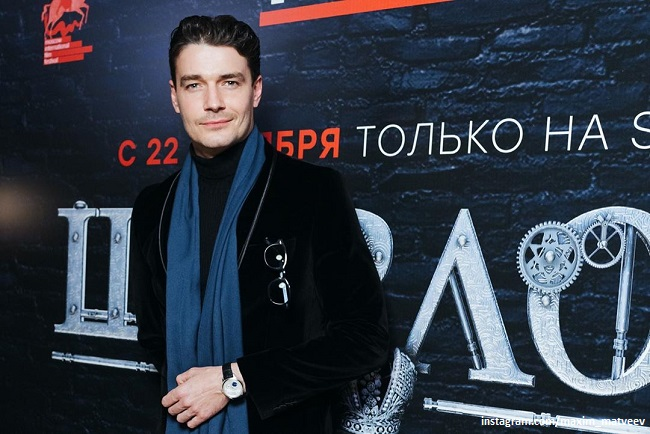 Максим Матвеев появился в элегантном образе  на премьере Московского кинофестиваля