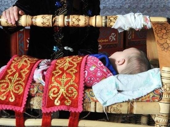 Привязанный родителями к люльке младенец задохнулся в Подмосковье