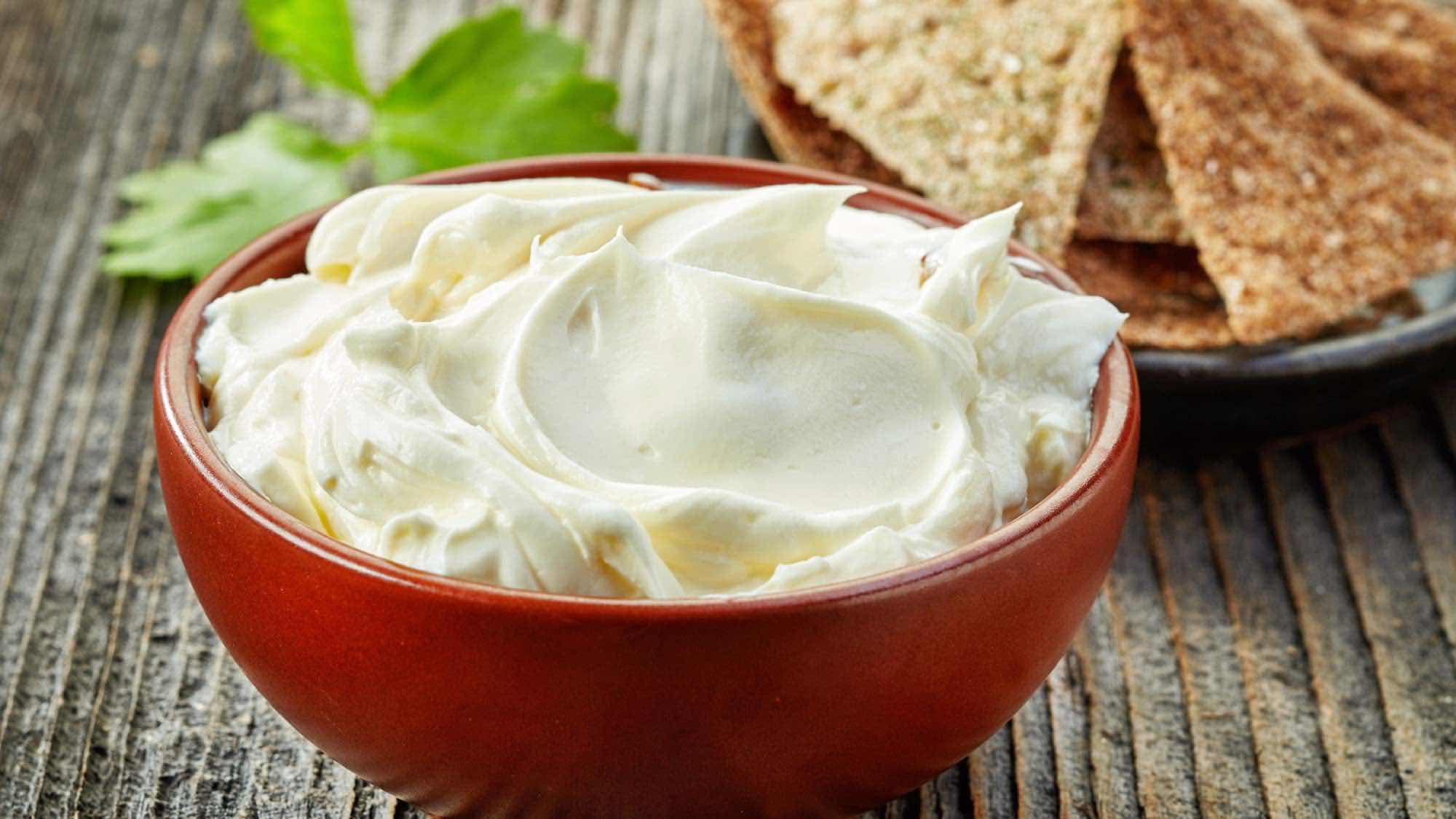 Кладем в кастрюлю творог и яйца, а получаем плавленный сыр: всей работы на 20 минут