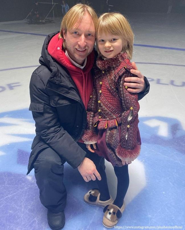 Евгений Плющенко с сыном устроил игры в пиратов в домашнем бассейне