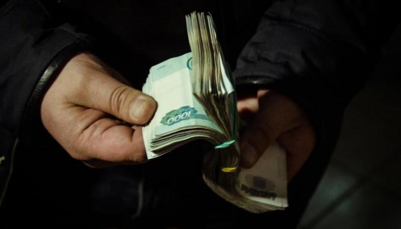 Гость украл 13 тысяч рублей из квартиры крепко спавшего пенсионера