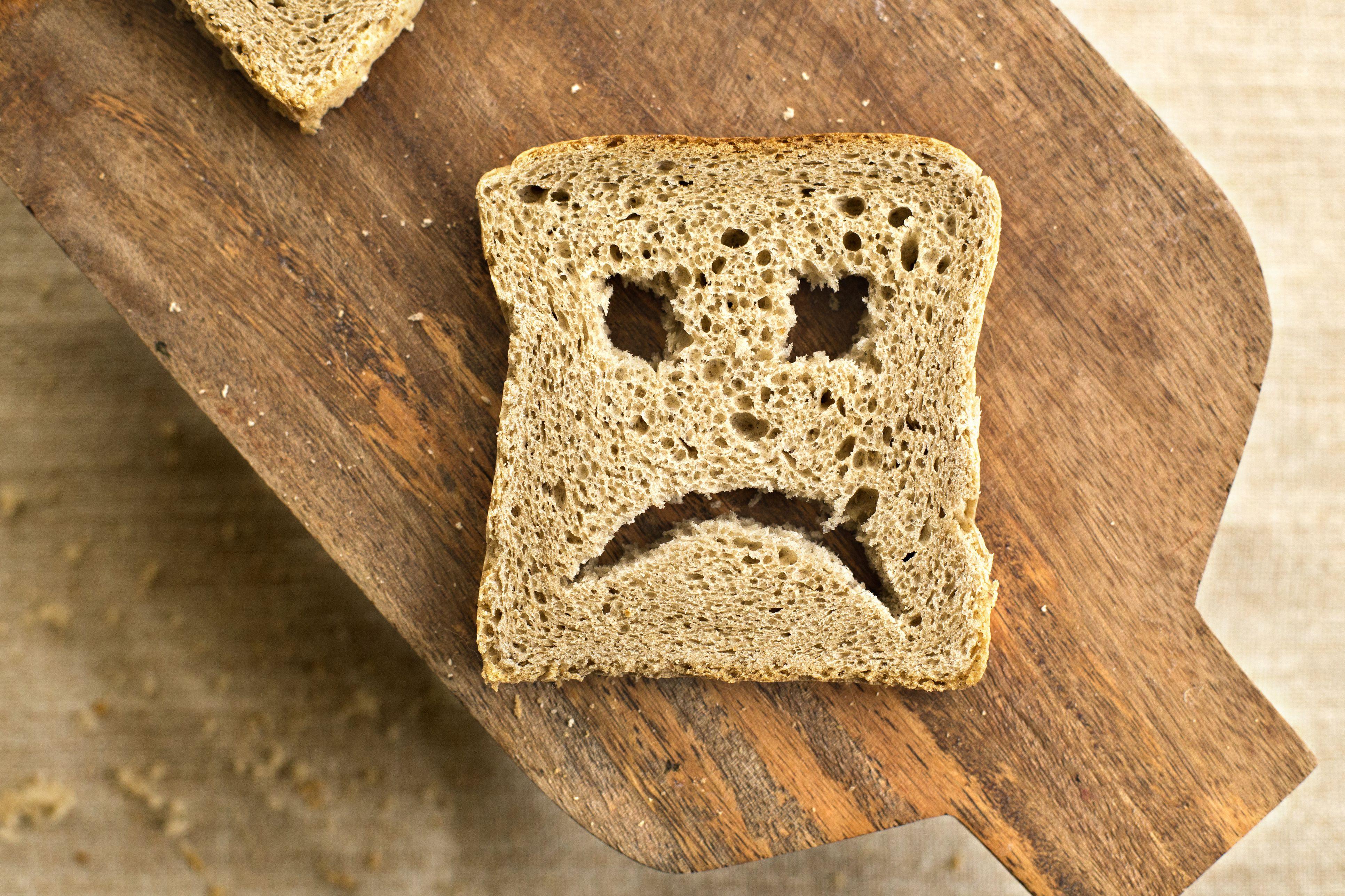 Я больше не выбрасываю хлеб с плесенью. Обжигаю его на плите, заворачиваю в фольгу и убираю в холодильник.