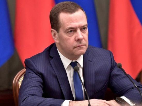 Медведев похвалил Путина за рост зарплат россиян