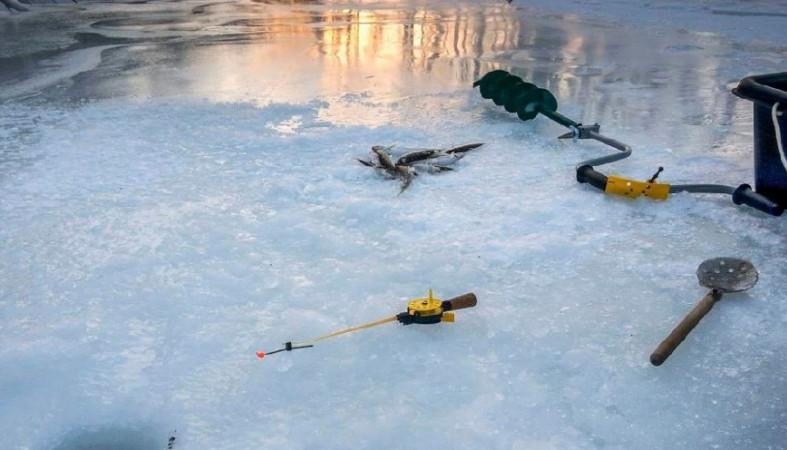 Спасатели вытащили на берег вмерзшего в лед рыбака