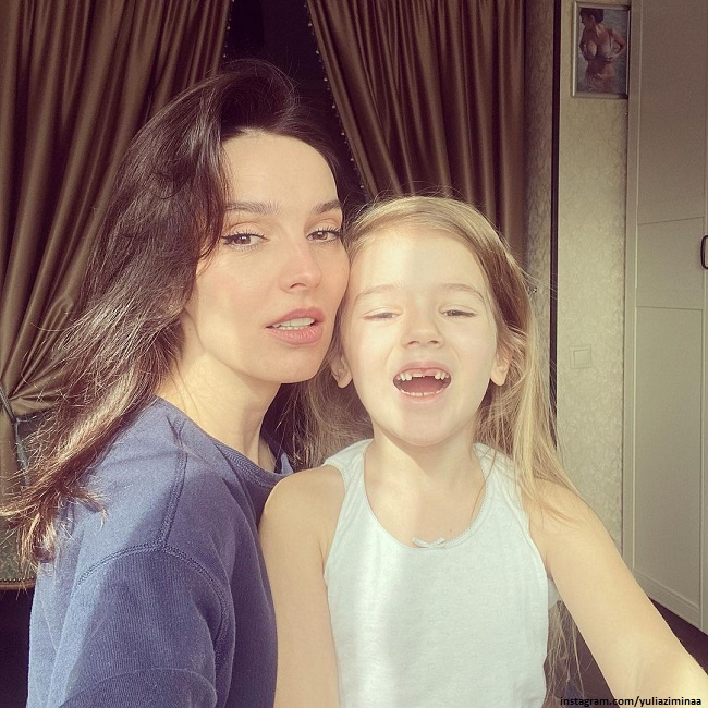 Юлия Зимина показала 6-летнюю дочь в нарядном платье