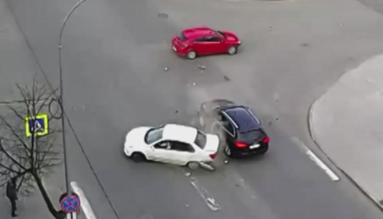 Мощное столкновение трех автомобилей в Петрозаводске попало на видео